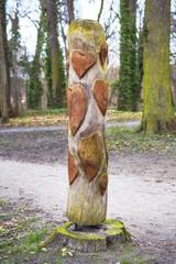 Scultura di legno con cuori.