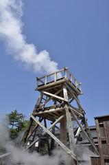 峰温泉大噴湯公園。東洋一を誇る静岡県賀茂郡河津町・峰温泉の大噴湯です。大正15年11月22日正午に誕生、以来ひとときも絶えることなく噴き上げ続けています。毎分600リットル・100℃の温泉が高さ30mまで噴き上がる自噴泉です。入園無料。1日7回噴き上がります。火曜・金曜はメンテナンスの為定休日となっております。