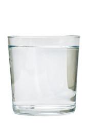 Vaso de agua sobre fondo blanco