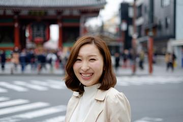 東京を観光する女性