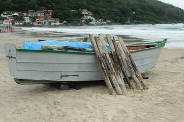 barco de pesca com troncos em uma vila de pescadores em Florianópolis, Brasil