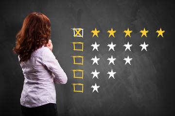 Geschäftsfrau schaut sich eine Bewertungsskala an