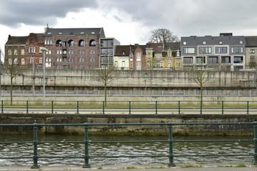 Le canal de Bruxelles-Ronquières à la hauteur de la gare de Hal en Brabant flamand