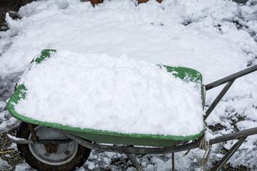 雪を載せた手押し車