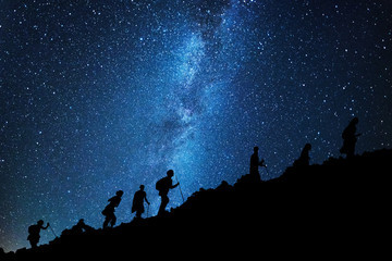 Keuken foto achterwand Nacht Group of mountaineers who climb the mountain top under the milky way
