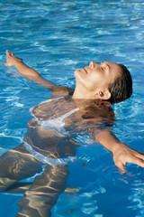 portrait de femme dans de l'eau bleue