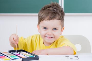 kind malt mit freude ein bild