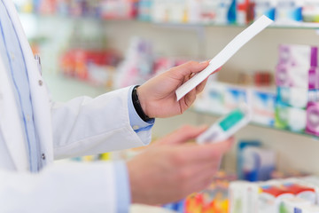 Photo sur Toile Pharmacie Pharmacist filling prescription in pharmacy