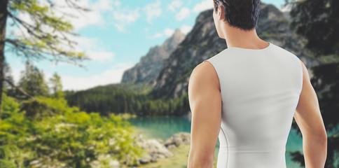 Uomo nella natura escursionista