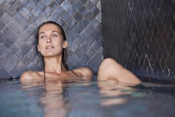 belle femme dans une piscine
