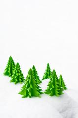 Weihnachtskarte, Winterlandschaft, Tannenbäume aus Papier im Schnee,  Frohe Weihnachten, Plakat,  Weihnachtsaktion, Wintersaison