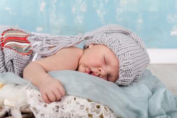 schlafendes kleines Baby mit Mützchen