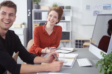 lachende kollegen unterhalten sich im büro
