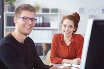 lächelndes junges team im büro