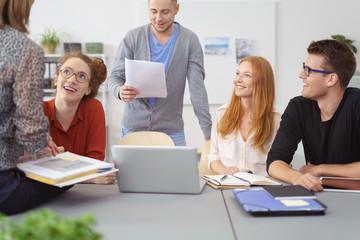 junge mitarbeiter in einer besprechung