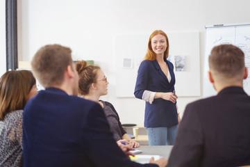 junges team entwickelt ideen am whiteboard