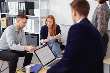 mitarbeiter besprechen sich in einem modernen unternehmen