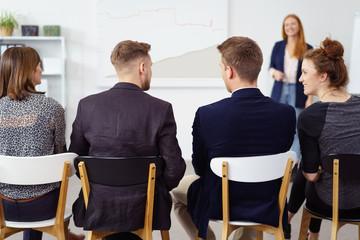 mitarbeiter sitzen in einer schulung und diskutieren