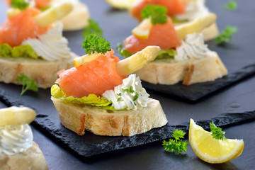 Canapes mit Lachs, weißem Spargel und Basilikum-Dill-Frischkäse - Canapes with smoked salmon, white asparagus and cream cheese with herbs