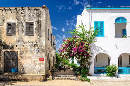 Старый и новый дом рядом на улице Сенегала, Африка. остров Горее.