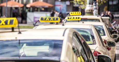 Taxifahrer warten in Berlin am Alexanderplatz auf Fahrgäste