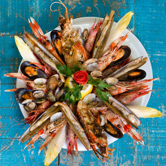 Photo sur Plexiglas Coquillage seafood dish on blue wooden table