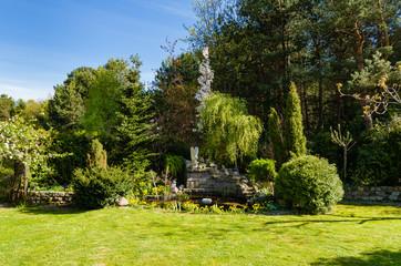 piękny ogród z oczkiem wodnym