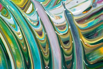 Bunte Malerei/ Gemälde aus Streifen in Violett/ Lila, Weiß, Grün und Blau, Gouache, als Hintergrund