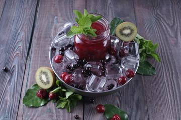 Холодный напиток с замороженными ягодами