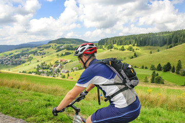 Fototapete - Mountainbiker im Schwarzwald unterwegs