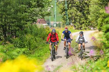Fototapete - gemeinsame Radtour im Gebirge