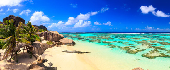 In de dag Eiland Beautiful beach panoramic view on a paradise island near the ocean on Seychelles
