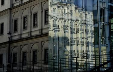 VENTANAS DE UN EDIFICIO Y REFLEJO DE OTRO EL UNA PARED DE CRISTAL EN MADRID