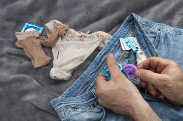 Un homme manipule un préservatif