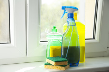 Putzmittel Frühjahrsputz auf Fensterbank