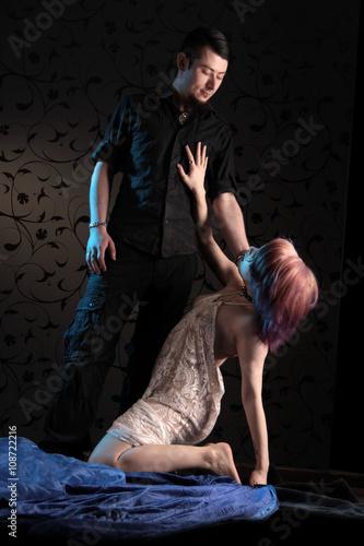 Frau betet Mann an und unterwirft sich Stockfotos und