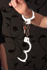 Handschellen mit Schlüssel an Handgelenk