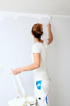 Frauen im Handwerk, Anstreicherin beim Wände streichen