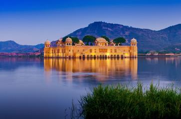 Water Palace Jal Mahal at night. Man Sager Lake, Jaipur, Rajasth Fototapete