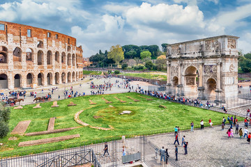 Fotomurales - Aerial view of the Colosseum and Arch of Constantine, Rome