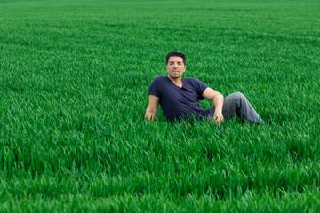Erwachsener Mann entspannt auf Wiese (grünes  Gras)