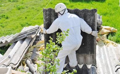 Trabajador retira vertido ilegal de amianto en la naturaleza