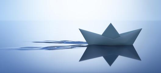 Papierschiffchen in ruhigem Wasser 1
