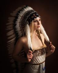 Weiblicher Indianer mit Federhaube im Portrait - brauner Hintergrund-