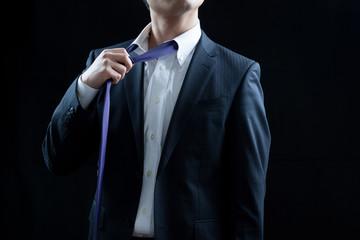 ビジネスマン、ネクタイをゆるめる