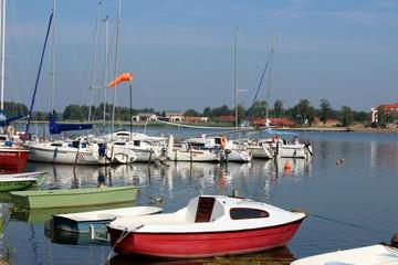Żaglówki w porcie nad jeziorem, Mazury, Polska/ Yachts in port over lake, Mazury, Poland