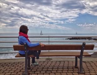 donna seduta sulla panchina ad ammirare il panorama