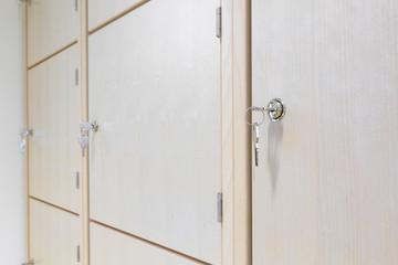 Holzschrank mit abschließbarer Tür