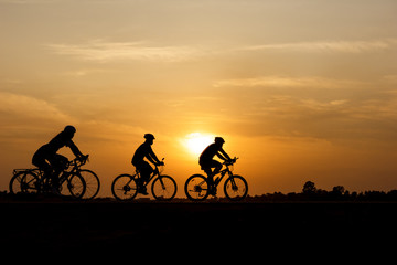 Zelfklevend Fotobehang Fietsen Silhouette of cycling on sunset background