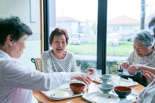 楽しく食事をしている高齢者女性